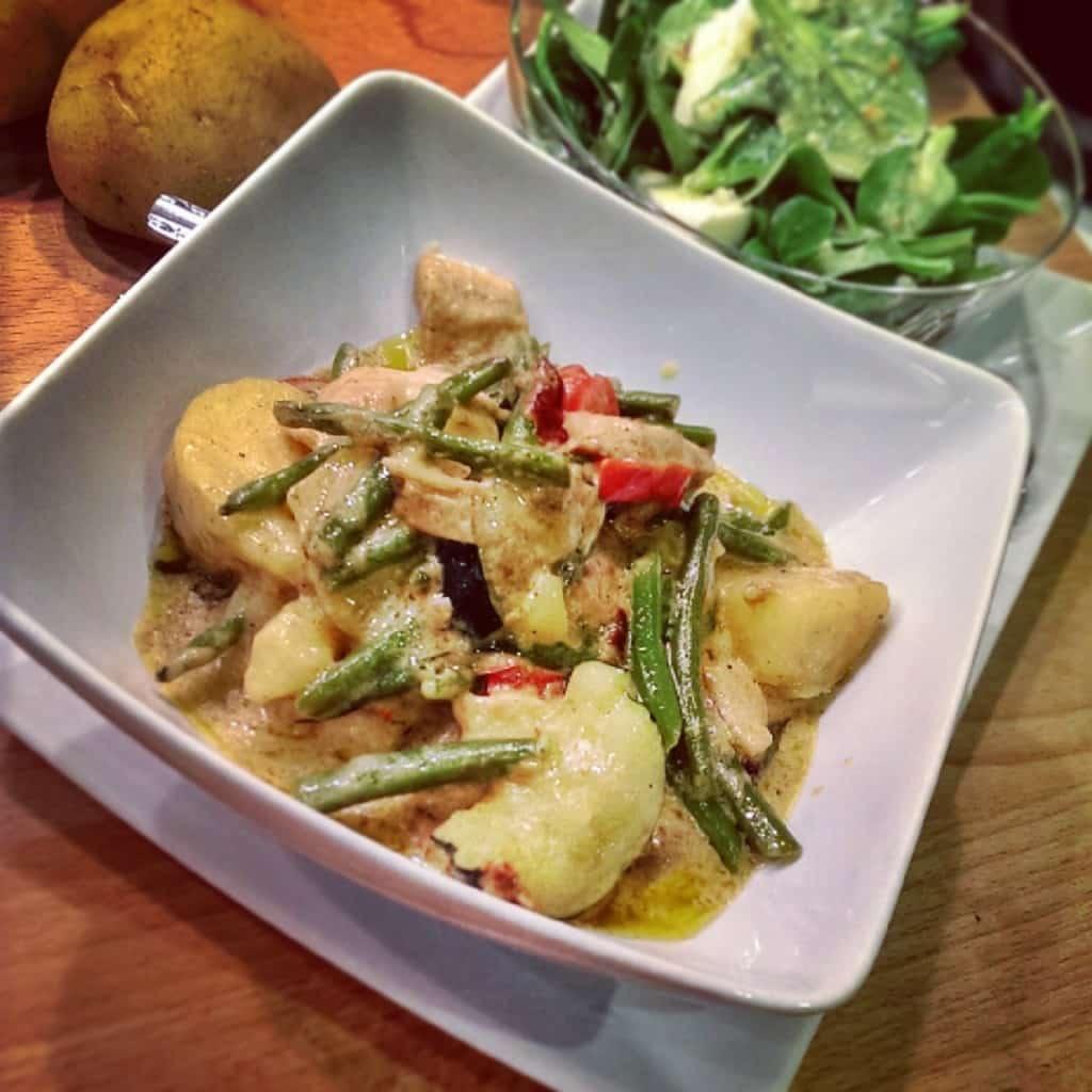 Scharfes Curry mit Feldsalat