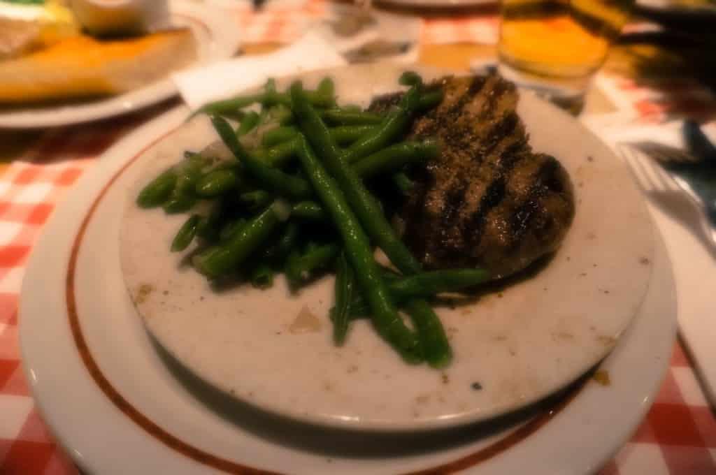 Zartrosa gegrilltes Hufsteak mit grünen Bohnen