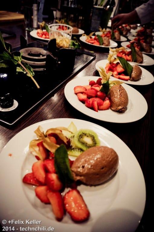 Dessert Mousse von Dunkler Schokolade mit marinierten Erdbeeren und Minze