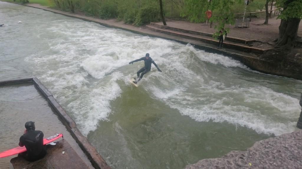 Surfer auf der Eisbachwelle in München