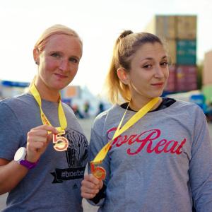 Janett & Daria freuen sich über die Medaille