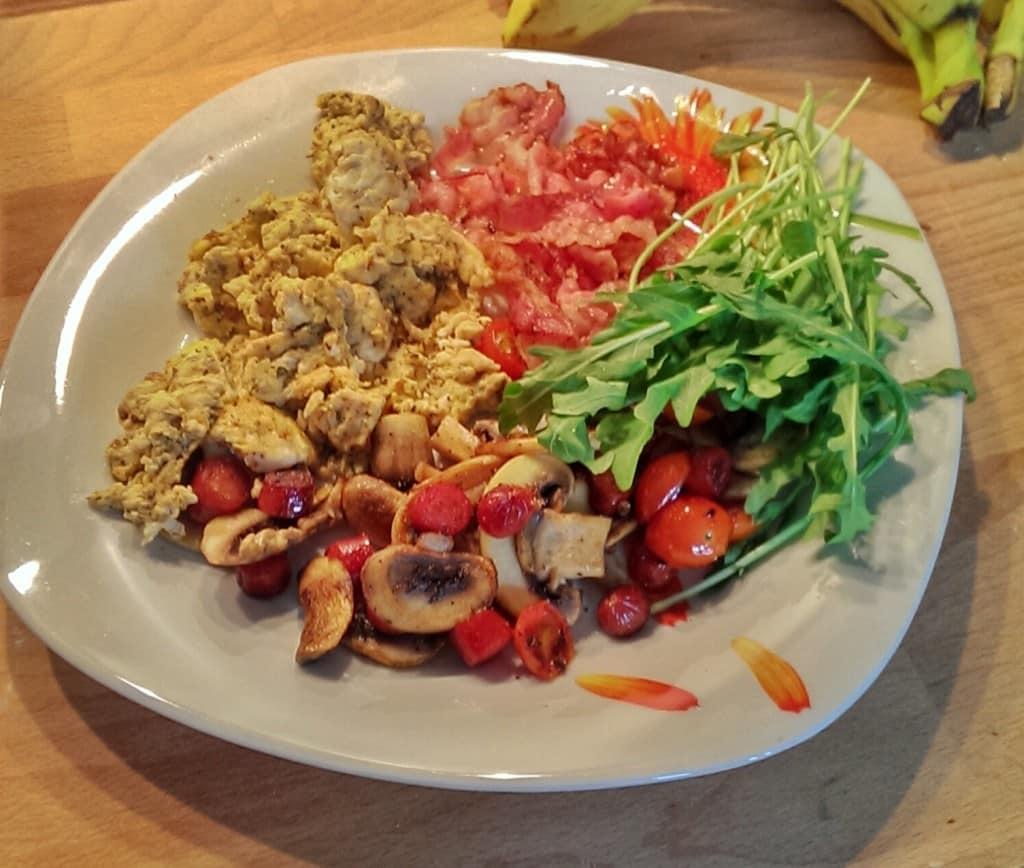 Rezept: Frühstück mit Bacon, Pilzen, Rühreier und Rucola