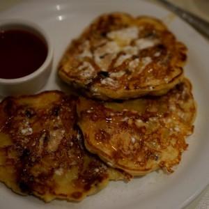 Die klassischen Pancakes mit Apfelstücken und selbstgemachter Erdbeermarmelade