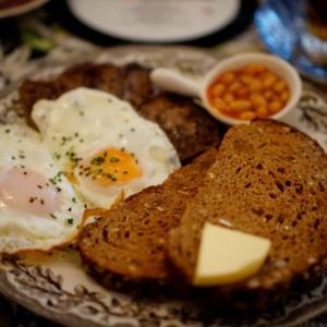 Englisches Frühstück mit selbstgebackenem Brot