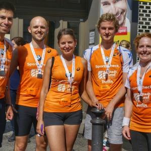 Glückliche Läufer nach dem Zieleinlauf