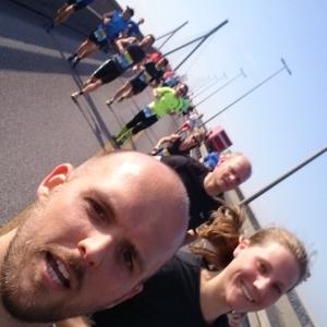 Glückliche Boosties beim Laufen