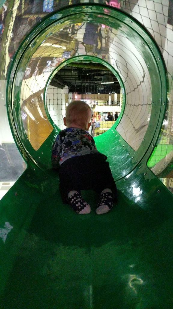 Junior auf großem Spielplatz