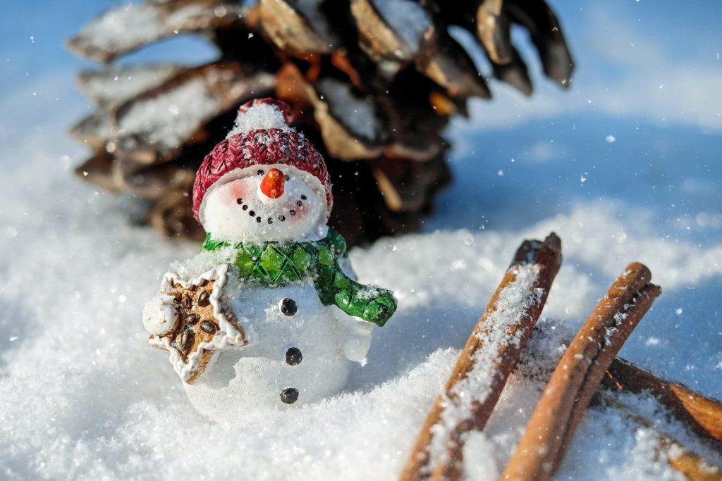 Kleiner Schneemann im Puderschnee